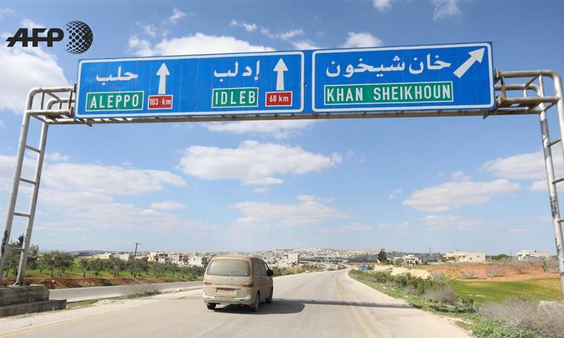 لافتة طرقية على طريق دمشق حلب عند تحويلة خان شيخون في ريف إدلب - 31 آذار 2018 (عمر حاج قدور/AFP)