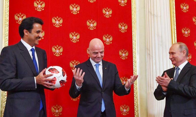أمير قطر تميم بن حمد يتسلم ملف إدارة كأس العالم من الرئيس الروسي فلاديمير بوتين (Indy Football)