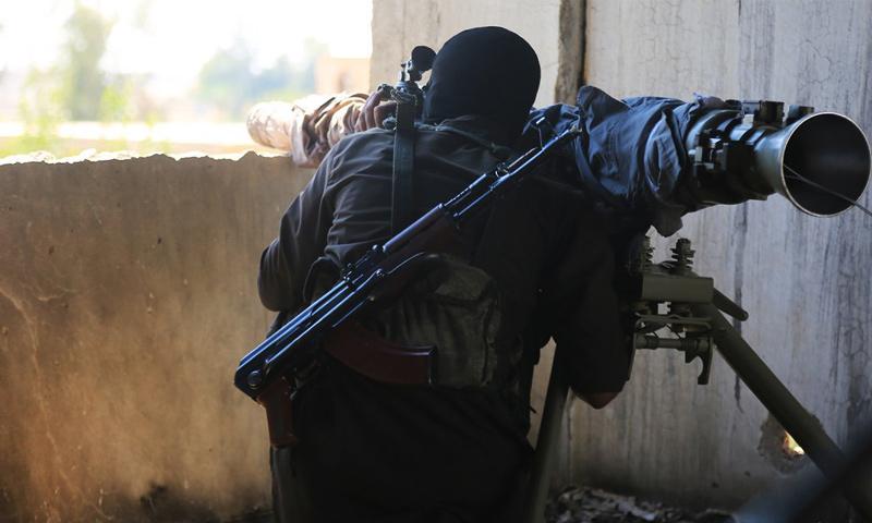 عنصر من تنظيم الدولة يتصدى لهجوم لقوات الأسد بريف البوكمال - تموز 2018 (أعماق)