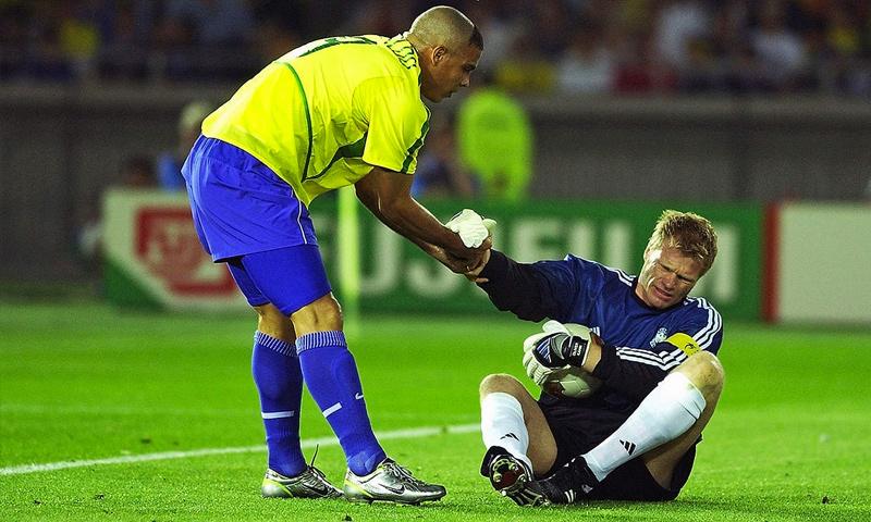 الظاهرة البرازيلية رونالدو والحارس الألماني أوليفر كان في نهائي كأس العالم 2002 (dfb.de)