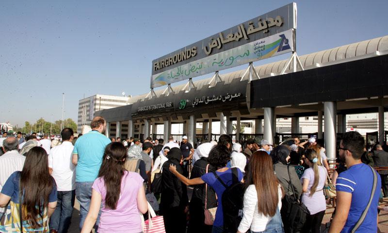 ازدحام الزائرين على بوابة معرض دمشق الدولي صيف عام 2017 (سانا)