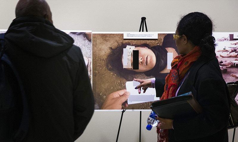 """معرض صور لمعتقلين قتلوا تحت التعذيب صورها الضابط """"قيصر"""" (رويترز)"""