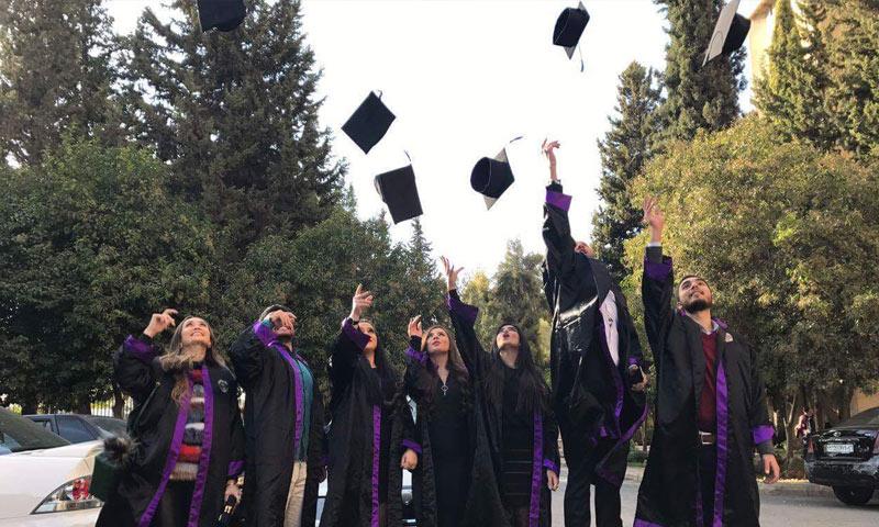 خريجو كلية الصيدلة في جامعة دمشق عام 2016 (صفحة الكلية في فيس بوك)