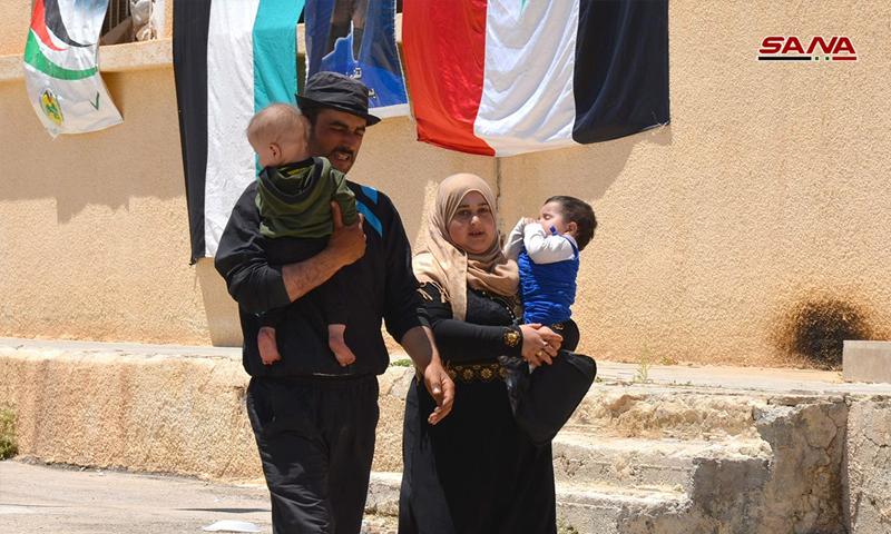 لاجئون سوريون يعودون إلى سوريا من لبنان عبر معبر الزمراني - 23 تموز 2018 (سانا)