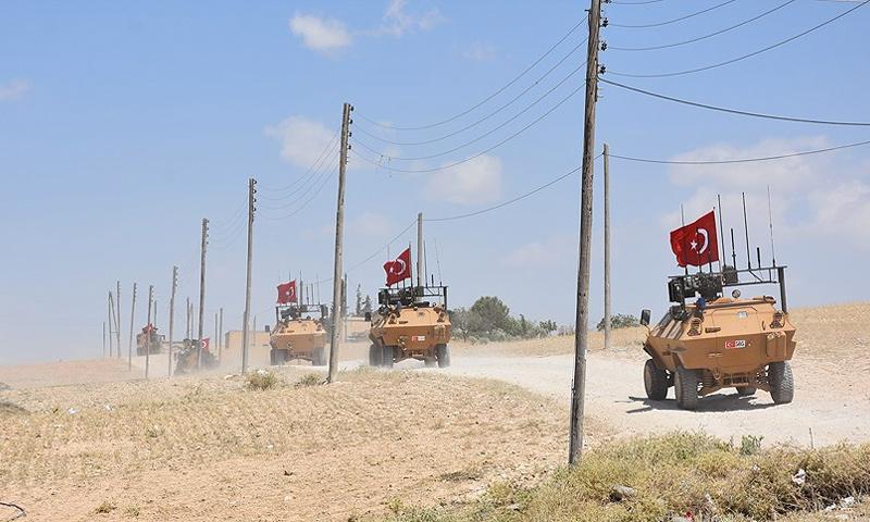 عربات مصفحة تابعة للجيش التركي تقوم بدوريات في مدينة منبج السورية - 22 حزيران 2018 (AFP)