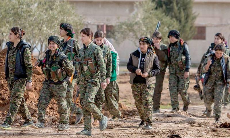 عناصر من وحدات حماية الشعب الكردية في محيط مدينة الرقة - 2017 (فيس بوك)