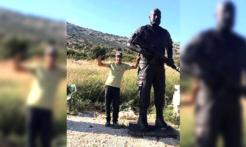 النحات حكمت خريس مع تمثال عصام زهر الدين (فيس بوك الصفحة الشخصية) تعديل عنب بلدي
