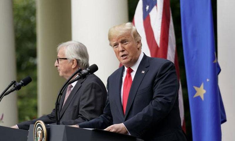 الرئيس الأمريكي، دونالد ترامب، مع رئيس المفوضية الأوروبية، جان كلود يونكر )فرانس برس)