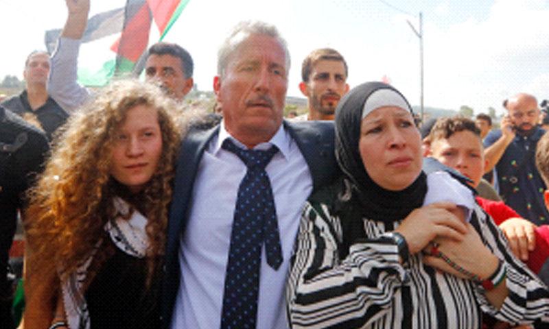 عهد التميمي ووالدتها ناريمان مع والدها بعد خروجها من السجن 29 تموز 2018 (وفا)