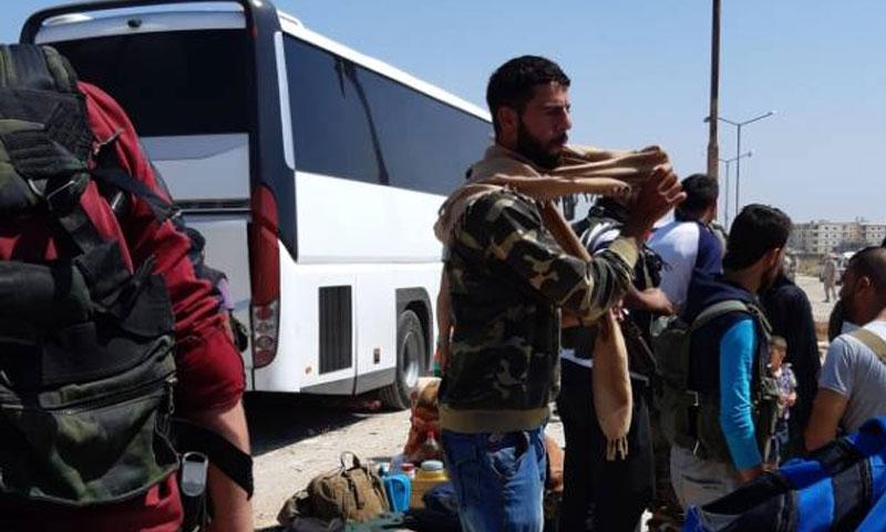 الحافلات في منطقة سجنة في درعا البلد لنقل الفصائل الى الشمال السوري 15 تموز 2018 (ناشطون من درعا)