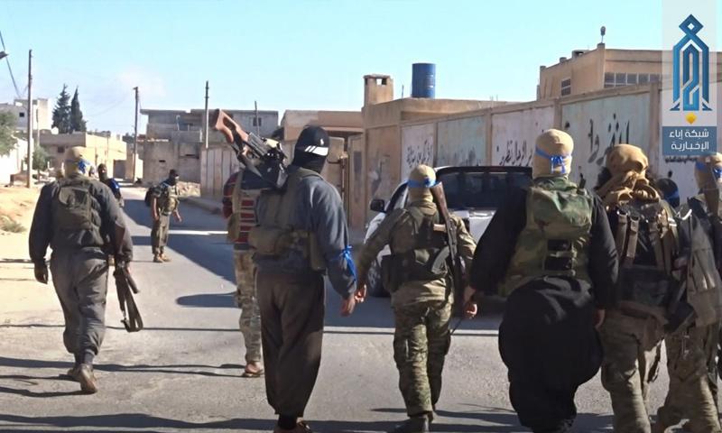 عناصر من هيئة تحرير الشام خلال عملية أمنية في مدينة سرمين بريف إدلب - 30 من حزيران 2018 (وكالة إباء)