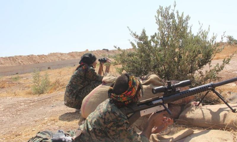 عناصر من وحدات حماية الشعب الكردية خلال المعارك ضد تنظيم الدولة الإسلامية بريف الرقة - (انترنت)