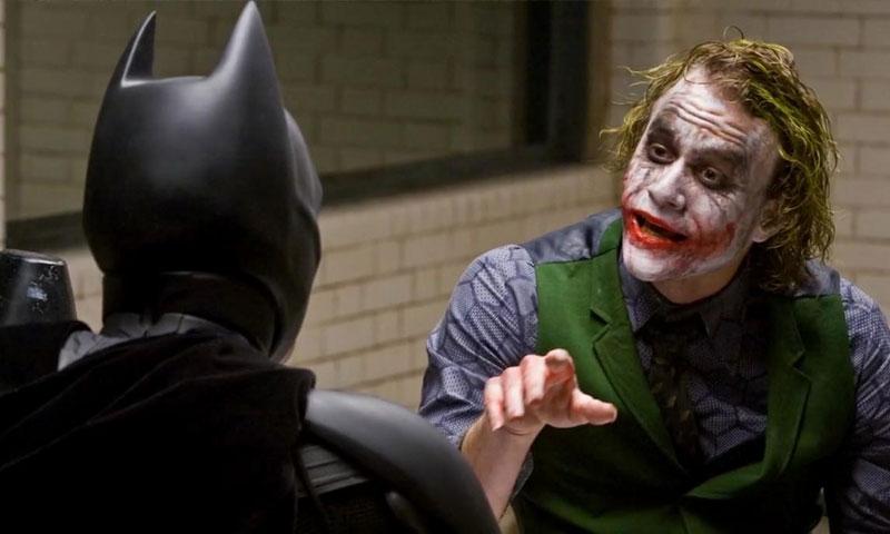 الممثل هيث ليدجر في دور الجوكر من فيلم باتمان فارس الظلام (يوتيوب)