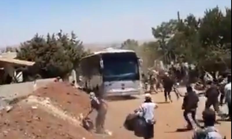 حافلة تدهس عدد من المدنيين خلال تنفيذ اتفاق القنيطرة - 20 من تموز 2018 (تويتر)