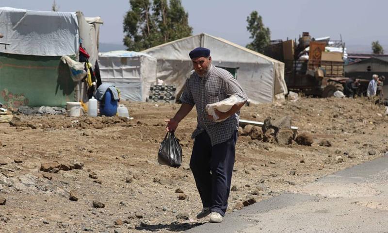 رجل مسن من محافظة درعا نزح إلى الحدود مع الجولان المحتل بسبب القصف الروسي - تموز 2018 (علاء الفقير / رويترز)