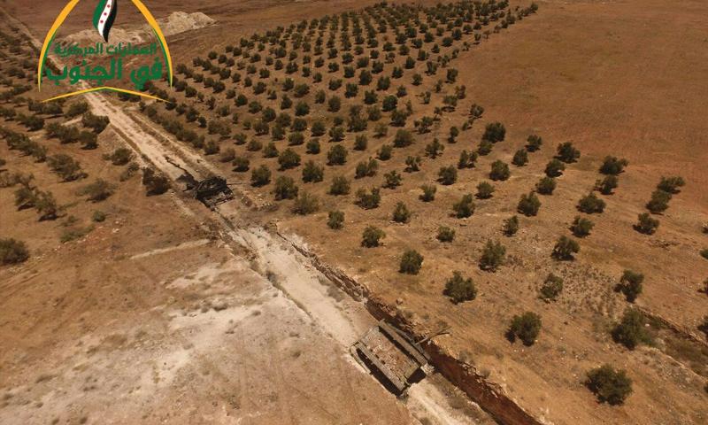 دبابة لقوات الأسد دمرتها فصائل المعارضة خلال محاولتها التقدم باتجاه كتيبة الصواريخ غربي درعا - 2 من تموز 2017 (غرفة العمليات المركزية)