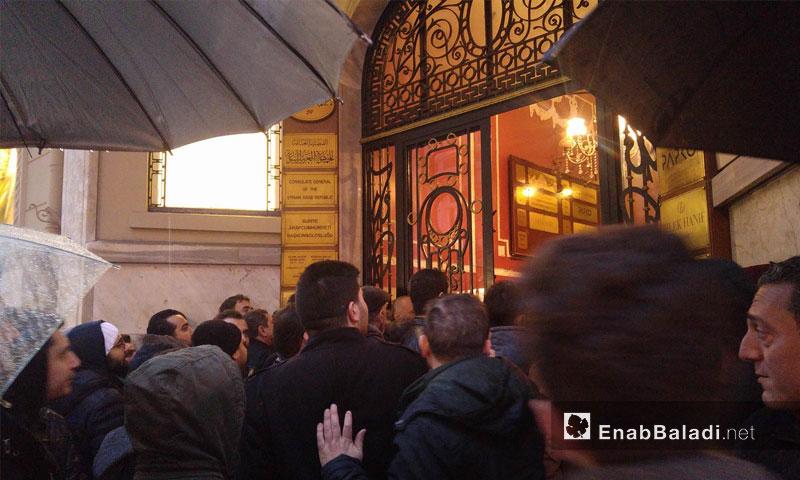 سوريون متجمعون أمام القنصلية السورية في اسطنبول (عنب بلدي)
