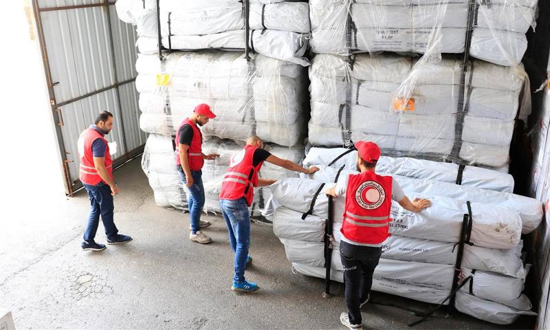 إشراف الهلال الأحمر السوري على توزيع المساعدات الفرنسية في الغوطة- 23 تموز 2018 (حساب الهلال الأحمر في تويتر)