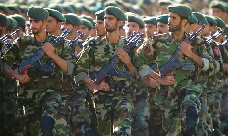عناصر من الحرس الثوري الايراني (رويترز)