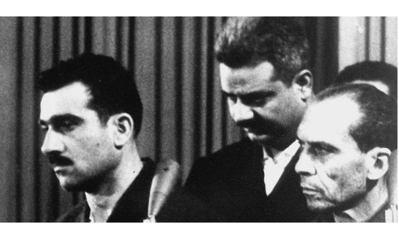 إيلي كوهين على اليسار في أثناء محاكمته (أرشيف AFP)
