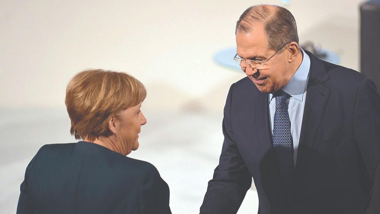وزير الخارجية الروسي سيرغي لافروف والمستشارة الألمانية أنجيلا ميركل (DPA)