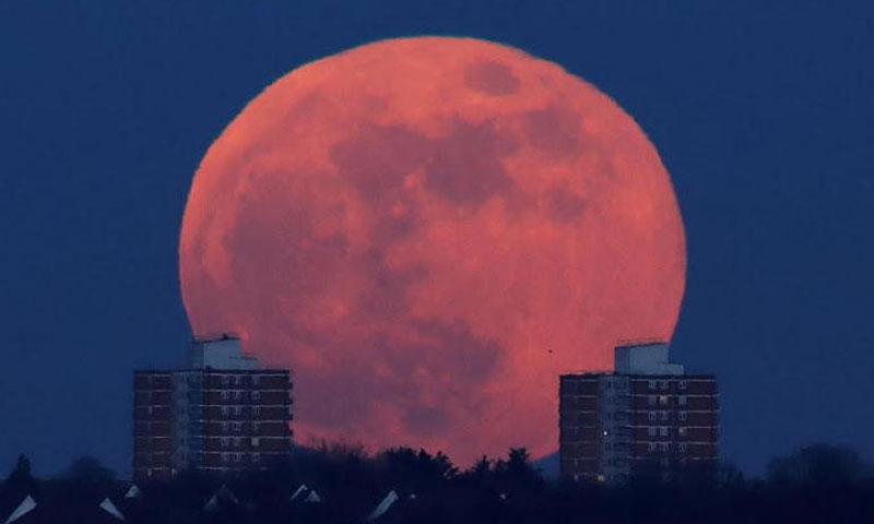 القمر الدموي في لندن (رويترز)