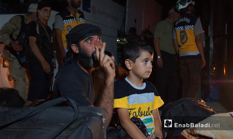 مهجرون من محافظة درعا في أثناء وصولهم إلى الشمال السوري - 16 من تموز 2018 (عنب بلدي)