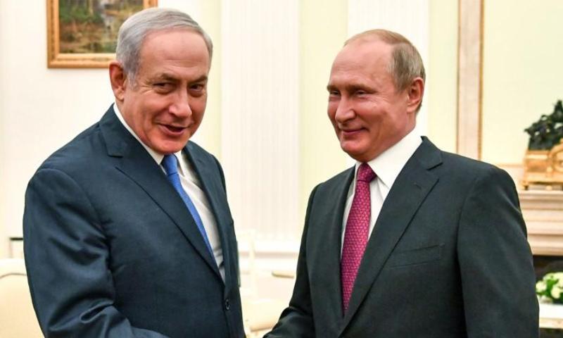 رئيس الوزرا الإسرائيلي بنيامين نتنياهو يصافح الرئيس الروسي فلاديمير بوتين في الكرملين- 11 تموز 2018 (روتيرز)