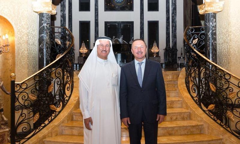 السفير الروسي لدى الإمارات ألكسندر يفيموف مع رجل الأعمال الإماراتي حسين سجواني (حساب حسين سجواني في تويتر)