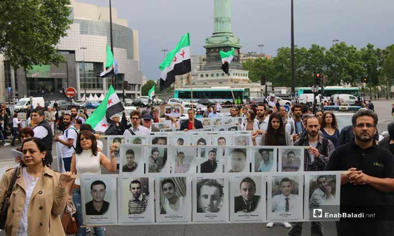 """وقفة """"المعتقلون أولاً"""" في باريس 2016 (عنب بلدي)"""