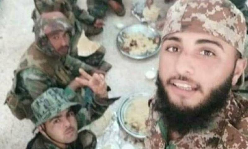 مقاتل من فصائل ريف درعا يتناول الطعام مع عناصر من قوات الأسد - تموز 2018 (دمشق الآن)
