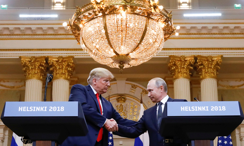 الرئيسان دونالد ترامب وفلاديمير بوتين في قمة هلسنكي - 16 من تموز 2018 (رويترز)
