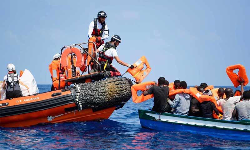"""عمال سفينة """"أكواريوس"""" خلال إنقاذهم مهاجرين في البحر المتوسط (أطباء بلا حدود)"""