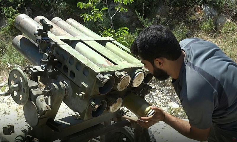 عنصر من الجبهة الوطنية للتحرير يجهز راجمة صواريخ لقصف مواقع قوات الأسد في ريف حلب - 11 من آب 2018 (الجبهة الوطنية للتحرير)