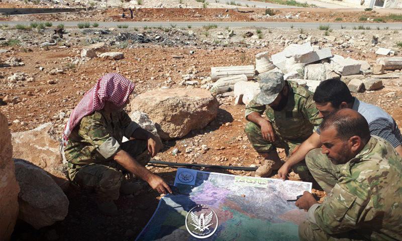 قادة من الجبهة الوطنية للتحرير في أثناء وضع خطط دفاعية وهجومية بإدلب - 25 من آب 2018 (الجبهة الوطنية)