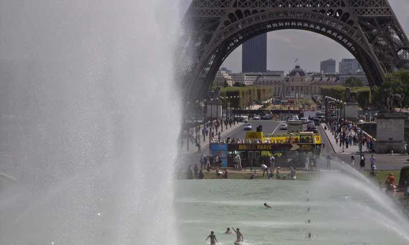 موجة الحر في العاصمة الفرنسية باريس (AP)