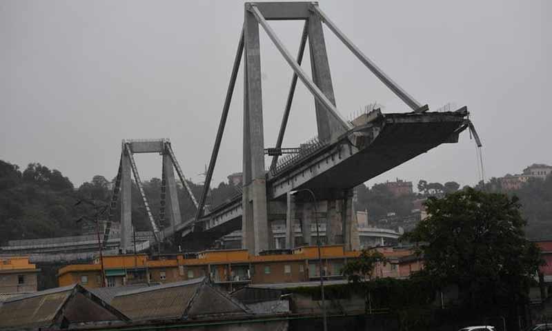 انهيار جسر سيارات في مدينة جنوة الإيطالية- 14 آب 201 (ANSA)