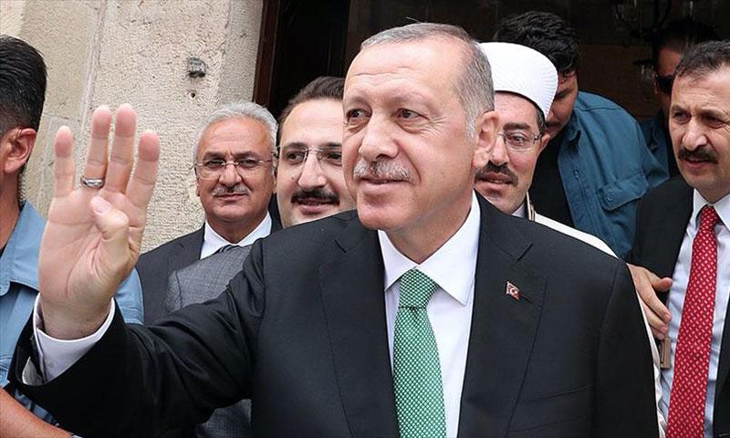 رجب طيب أردوغان عقب صلاة الجمعة (الأناضول)