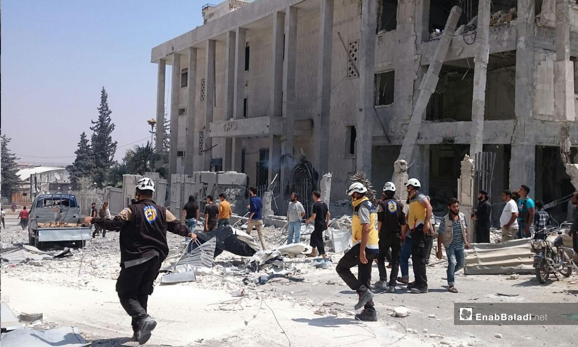 عناصر الدفاع المدني بعد انفجار سيارة مفخخة أمام البنك المركزي في إدلب - 2 من آب 2018 (عنب بلدي)