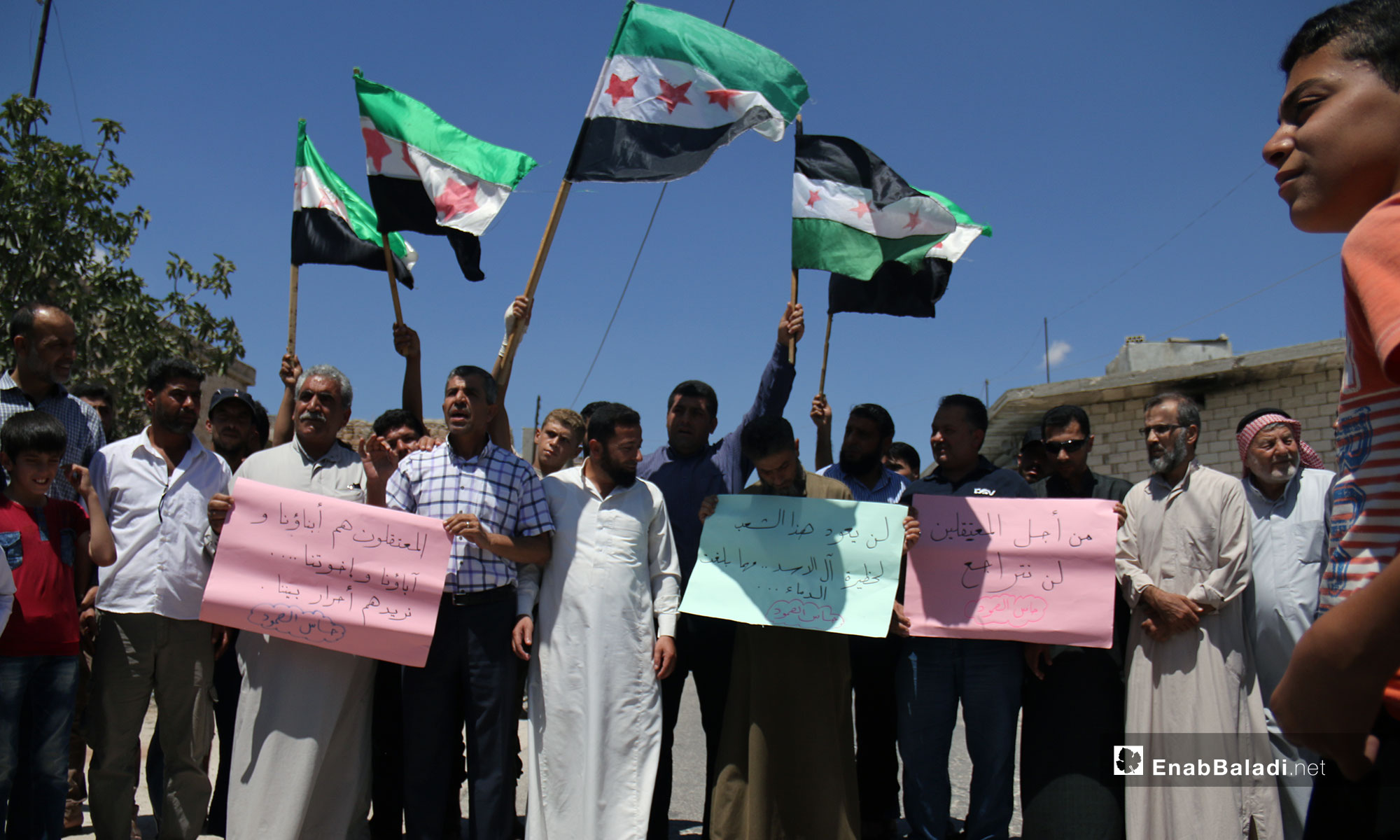 وقفة تضامنية لأجل المعتقلين السوريين في بلدة حاس بريف إدلب - 10 من آب 2018 (عنب بلدي)