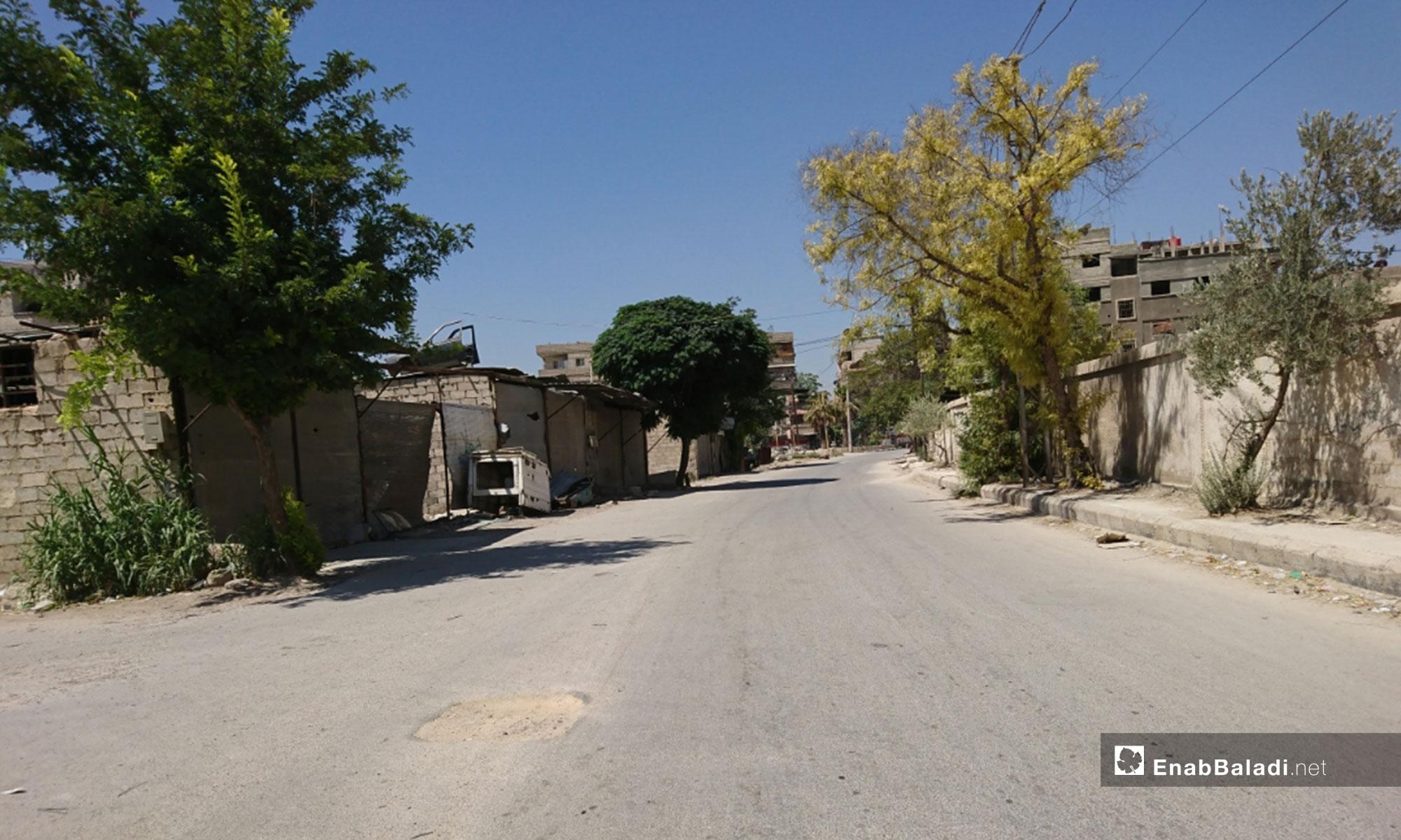الشارع الرئيسي في كفر بطنا بالغوطة الشرقية - 11 من آب 2018 (عنب بلدي)