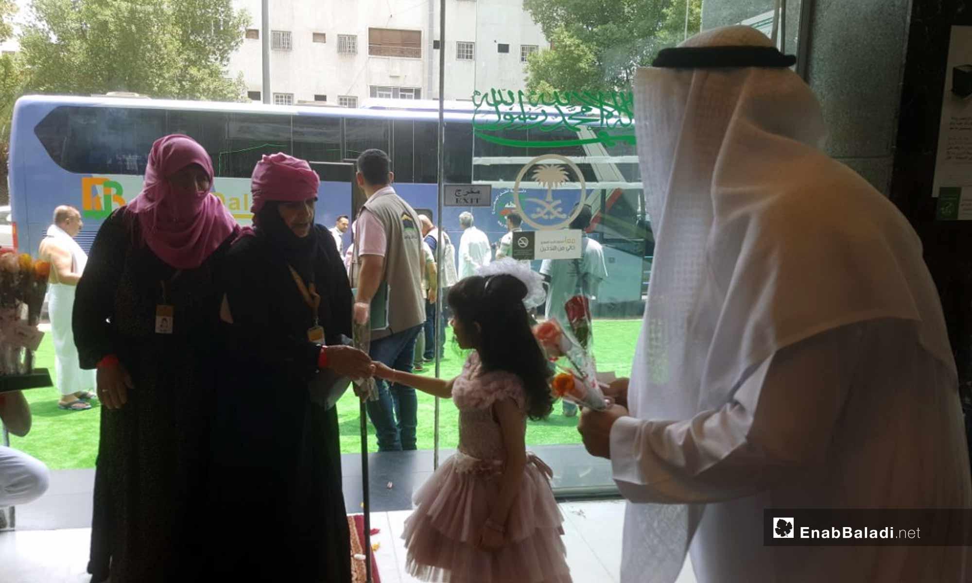 استقبال حجاج سوريون أثناء وصولهم إلى مكة المكرمة - 8 من آب 2018 (عنب بلدي)