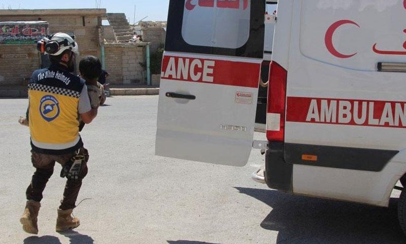 الدفاع المدني أثناء اسعاف الجرحى في ريف ادلب الجنوبي 13 آب 2018 (الدفاع المدني السوري في تويتر)