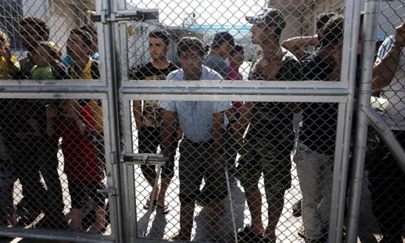 لاجئون ومهاجرون في مخيم موريا في اليونان (رويترز)