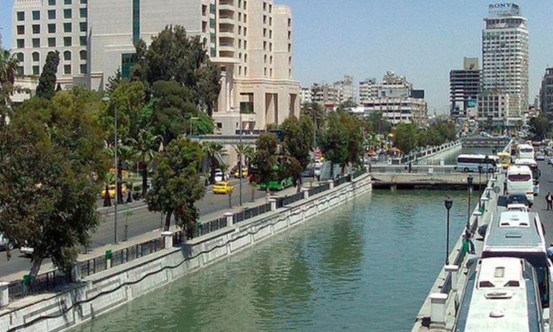 نهر بردى في منطقة فيكتوريا وسط دمشق ((صفحات دمشق)