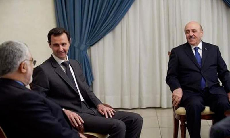 رئيس الأمن الوطني علي مملوك (يمين) إلى جانب رئيس النظام السوري بشار الأسد (سانا)