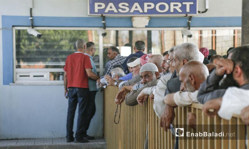 حجاج سوريون في معبر باب السلامة قبل المغادرة إلى السعودية من هاتاي - 4 من آب 2018 (عنب بلدي)