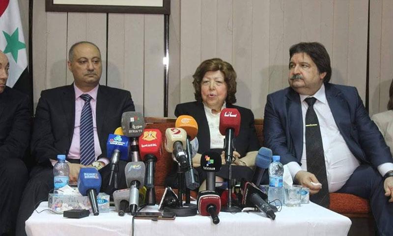 نجاح العطار تتوسط وزير الثقافة ووزير الإعلام (سيريا نيوز)