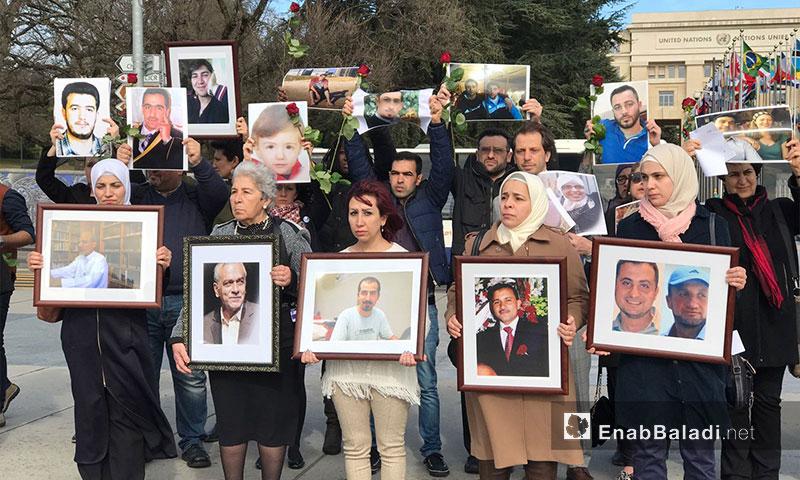 ذوو المعتقلين السوريين يتظاهرون أمام مبنى الأمم المتحدة في جنيف - 24 شباط 2017 (عنب بلدي)