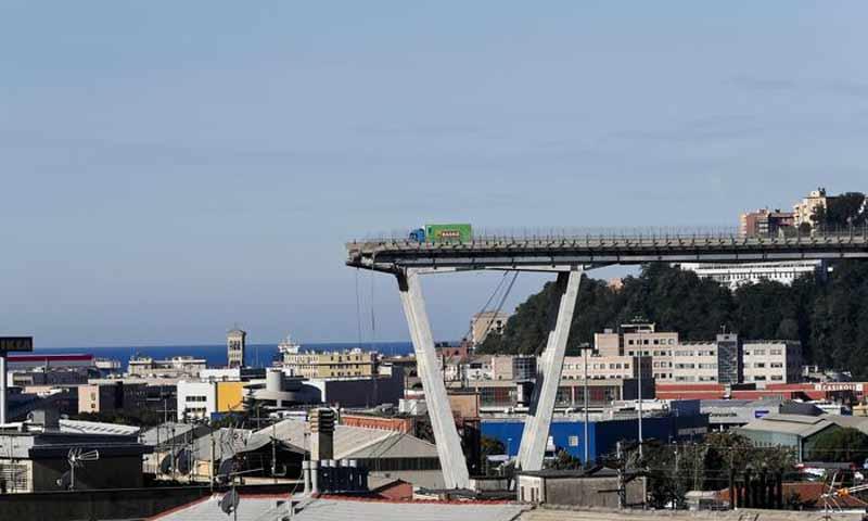 انهيار جسر سيارات في مدينة جنوة الإيطالية (AP)